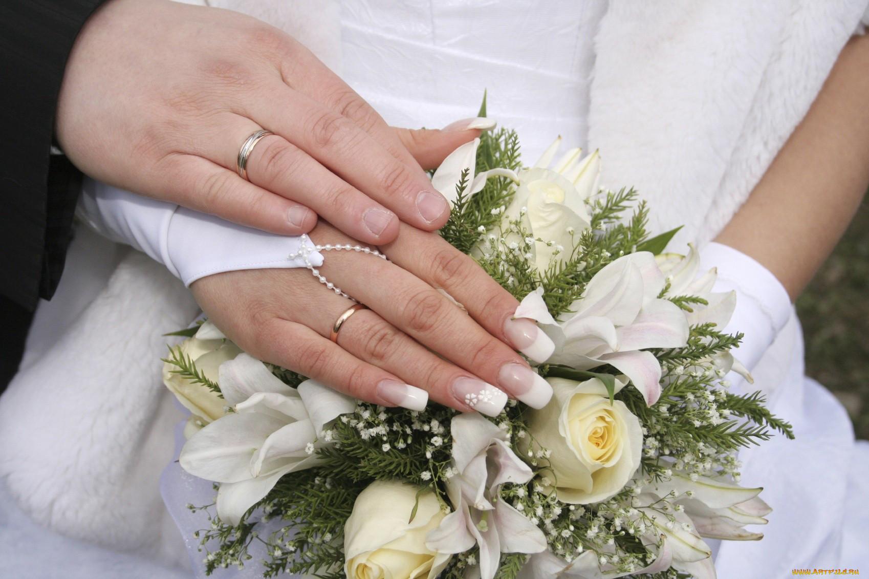Фото обручальные кольца на руках 6